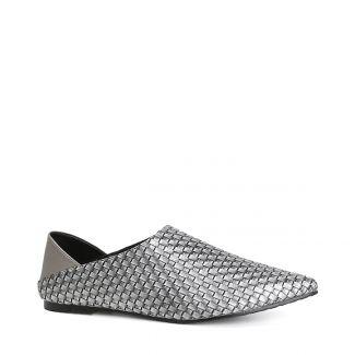 حذاء من الجلد المنقوش